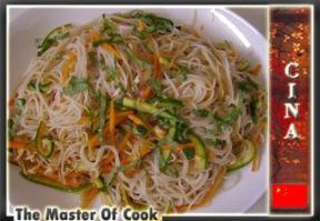 Pasta di riso con verdure e germogli di soia