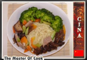 Tagliatelle cinesi con carne e verdure